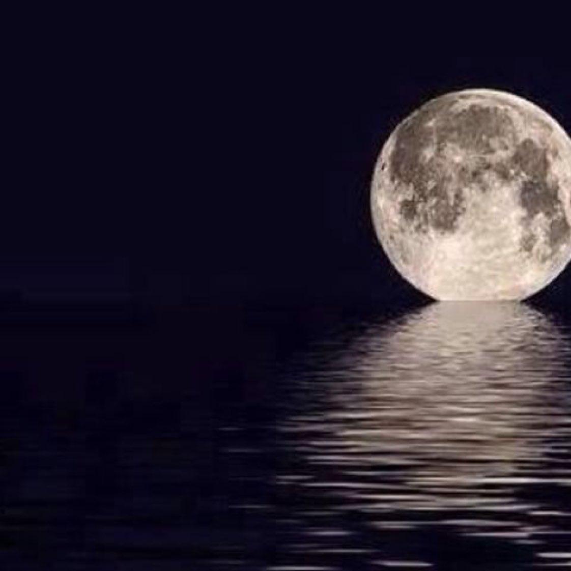 الليل ساكن  والقمر نوره  يبعثرني بعثره و...