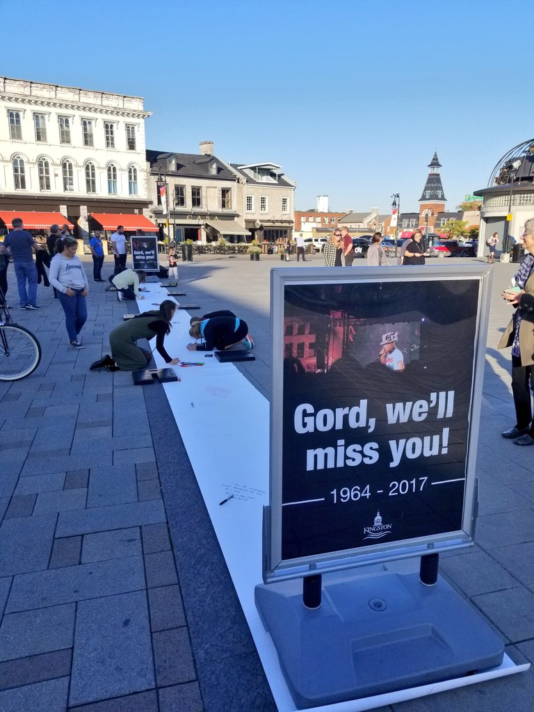 Kingstonians work through their emotions on Gord Downie&#39;s passing by writing down their thoughts at #ygk Market Square. <br>http://pic.twitter.com/t6qsWCnu3x
