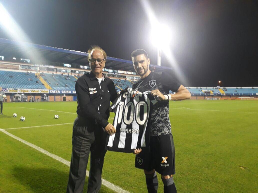 Pimpão recebe camisa em homenagem aos 100 jogos pelo Botafogo! Estamos...