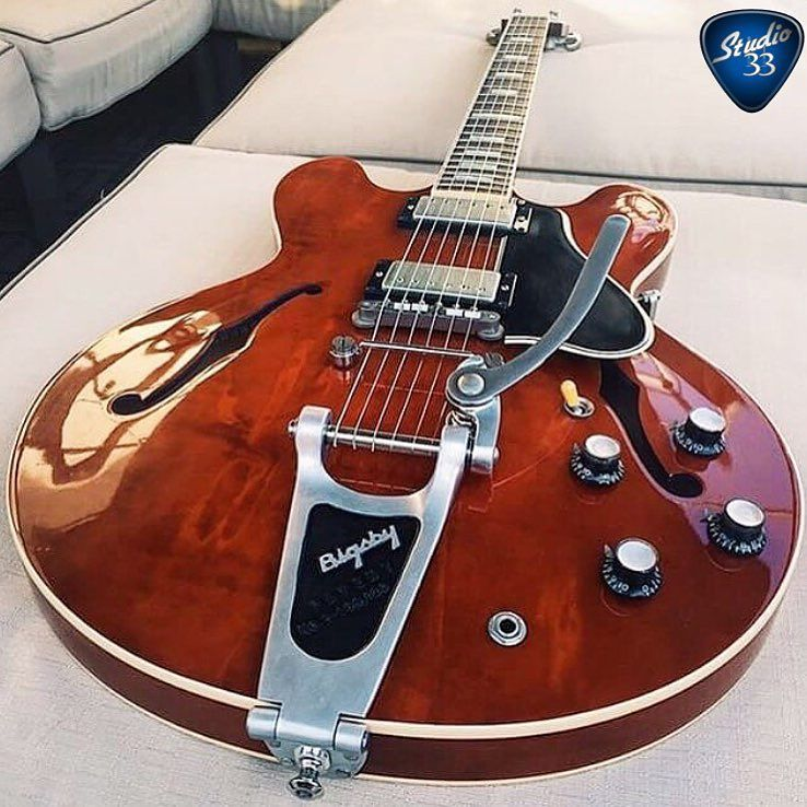 How amazing does this look? #Gibson Custom Shop ES-335 with a #Bigsby retrofit kit from @townervibratoguitarsystem…  http:// ift.tt/2hOR2EJ  &nbsp;  <br>http://pic.twitter.com/dtYeKeR1nd