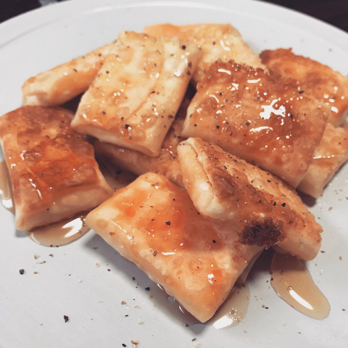 餃子の皮の中にチェダーとモッツァレラとクリームチーズを入れて焼いてハチミツと胡椒...