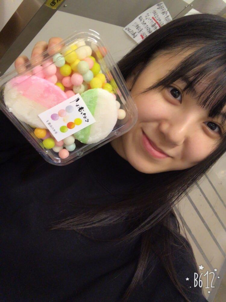 お菓子を手に持つ菅原茉椰