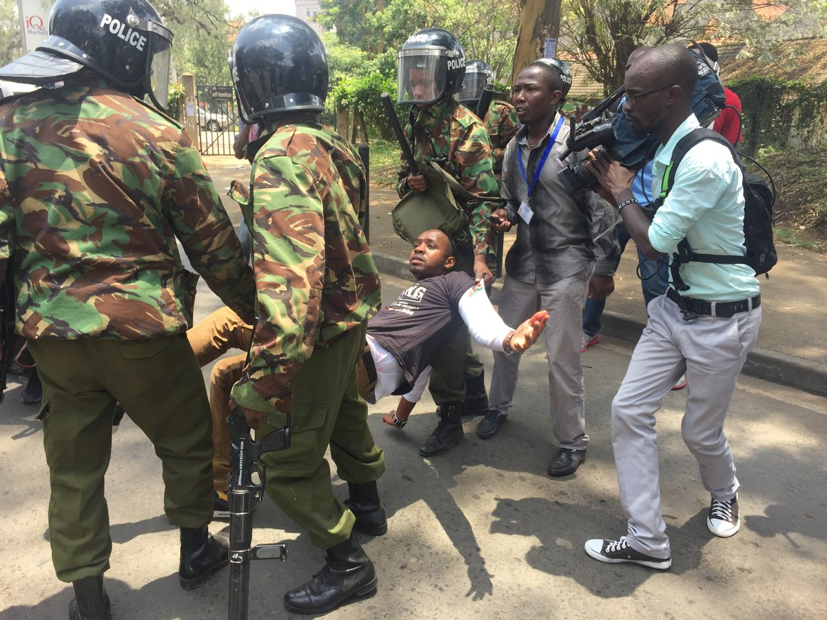 police attempt to detain @bonifacemwangi but are forced to release him after a teargas canister is lobbed near them https://t.co/v4YIQVCQwo