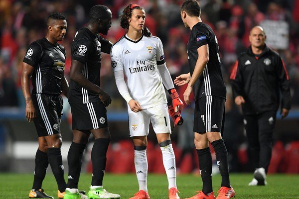 #Respect  @ManUtd players console @SLBenfica goalkeeper Mile Svilar after the final whistle last night. #EqualGame #FootballPeople #UCL <br>http://pic.twitter.com/a5UqCnDbQc