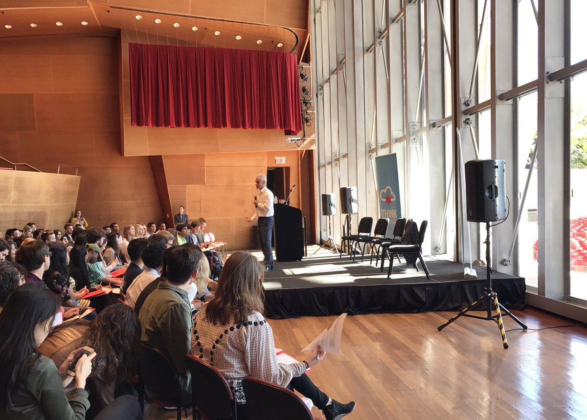 Talking #Chicago #economy with @ChicagosMayor @WorldBizChicago #ThinkChicago<br>http://pic.twitter.com/DVxW3Dgj87 &ndash; à Jay Pritzker Pavilion