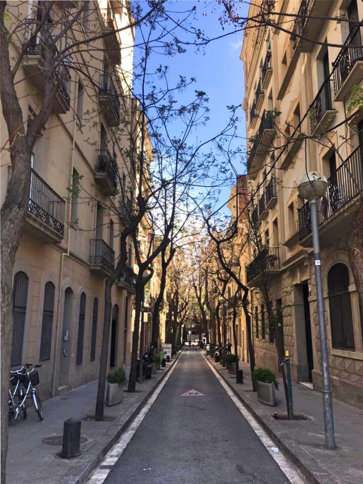 The quaint, narrow side streets around the Sagrada Família have an air of character and charm! #HelloAutumn  <br>http://pic.twitter.com/leZlaMM0bn