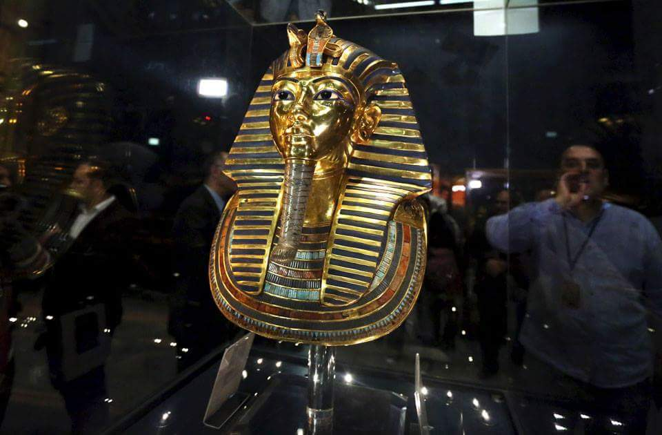 The golden mask of King Tutankhamen inside a glass cabinet at the Egyptian Museum in Cairo  #Egypt #Travel #Holiday #Egypttouring<br>http://pic.twitter.com/5rNxR47ieu