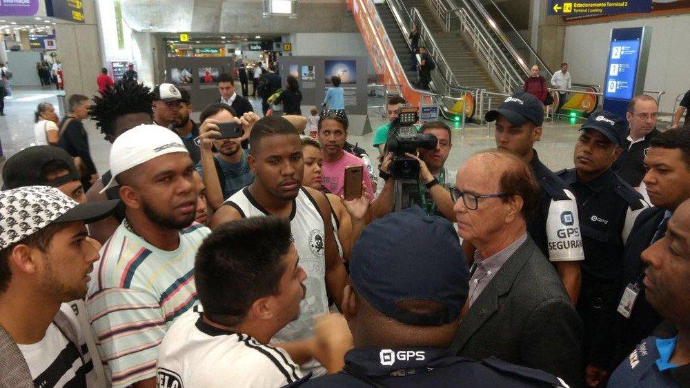 Após empate com Avaí, Botafogo volta ao Rio sob protesto de torcedores: 'Vergonha': https://t.co/JiDV6OumXI