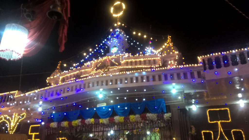 #Lucknow More than 150 yr old Kali Bari temple all lit up for Kali puja celebrations today @htTweets @HTUttarPradesh<br>http://pic.twitter.com/6YbKAJu1Xr