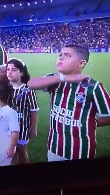 Temos um profeta... Na hora do Hino Nacional, ele já sabia que veria ceifada no jogo entre Fluminense e São Paulo