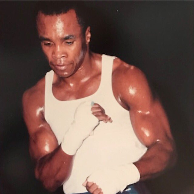 DMi7Q PU8AIQuNJ - Sugar Ray Leonard or Floyd Mayweather: The Eternal Debate of Greatness