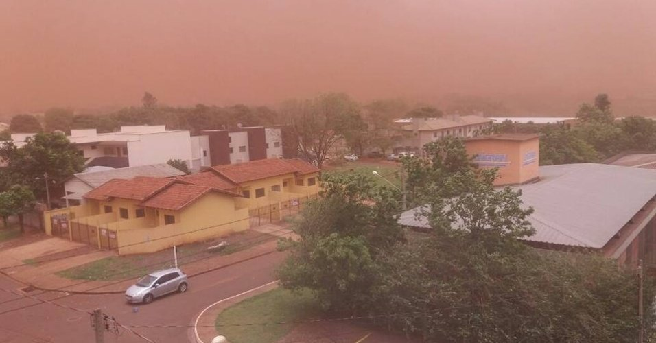 Vendaval de terra cobre o céu de Dourados (MS), derruba árvores e causa acidente https://t.co/aBzKohRfEI