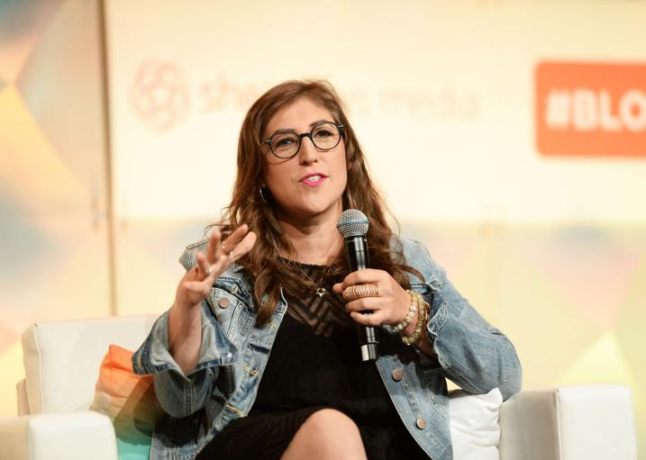 Mayim Bialik's NYT op-ed made a big bang for its victim-blaming. She apologized (again): https://t.co/beFDn5xAzr