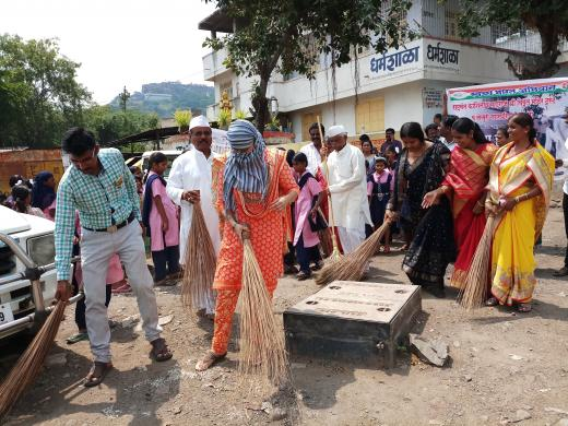 A cleanliness drive of religious places was taken up by volunteers in Jejuri, #Maharashtra  #MyCleanIndia<br>http://pic.twitter.com/8p65tcJ0tC