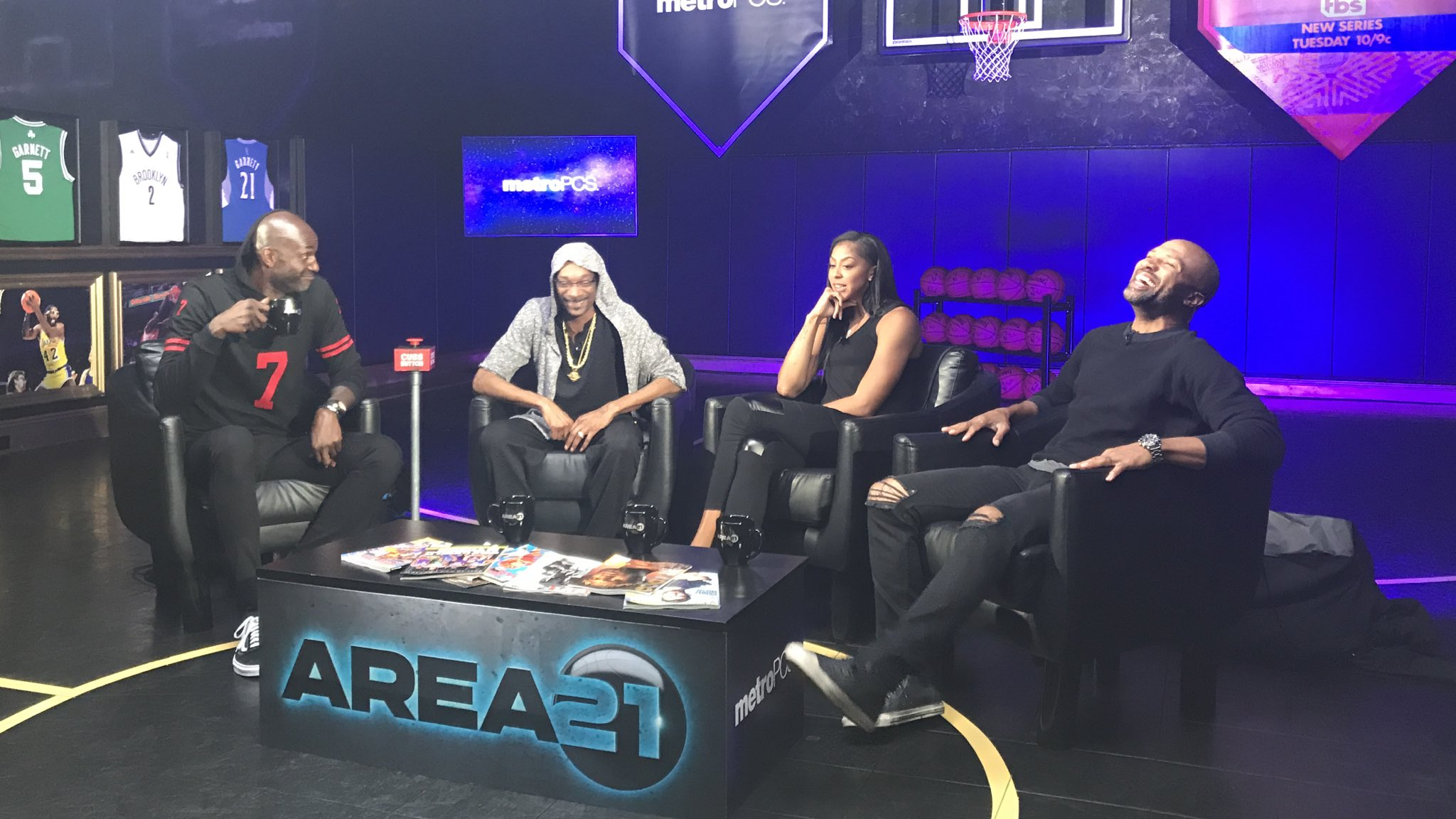 RT @KGArea21: You know what it is! 🔥  KG, @SnoopDogg, @Candace_Parker & @derekfisher kicking it on #KGArea21. https://t.co/uuPaVLeWRG