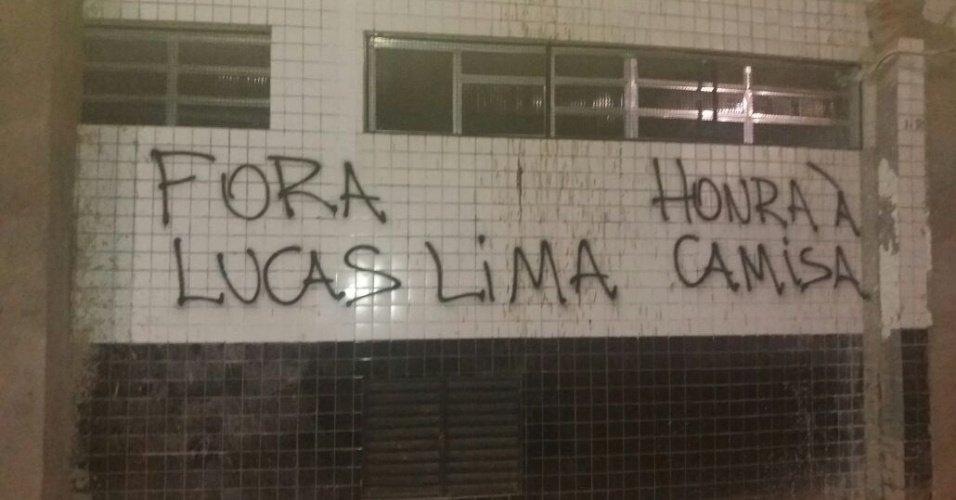 Torcida picha Vila Belmiro e ataca presidente do Santos, Lucas Lima e Zeca https://t.co/LEwX1Yb37X