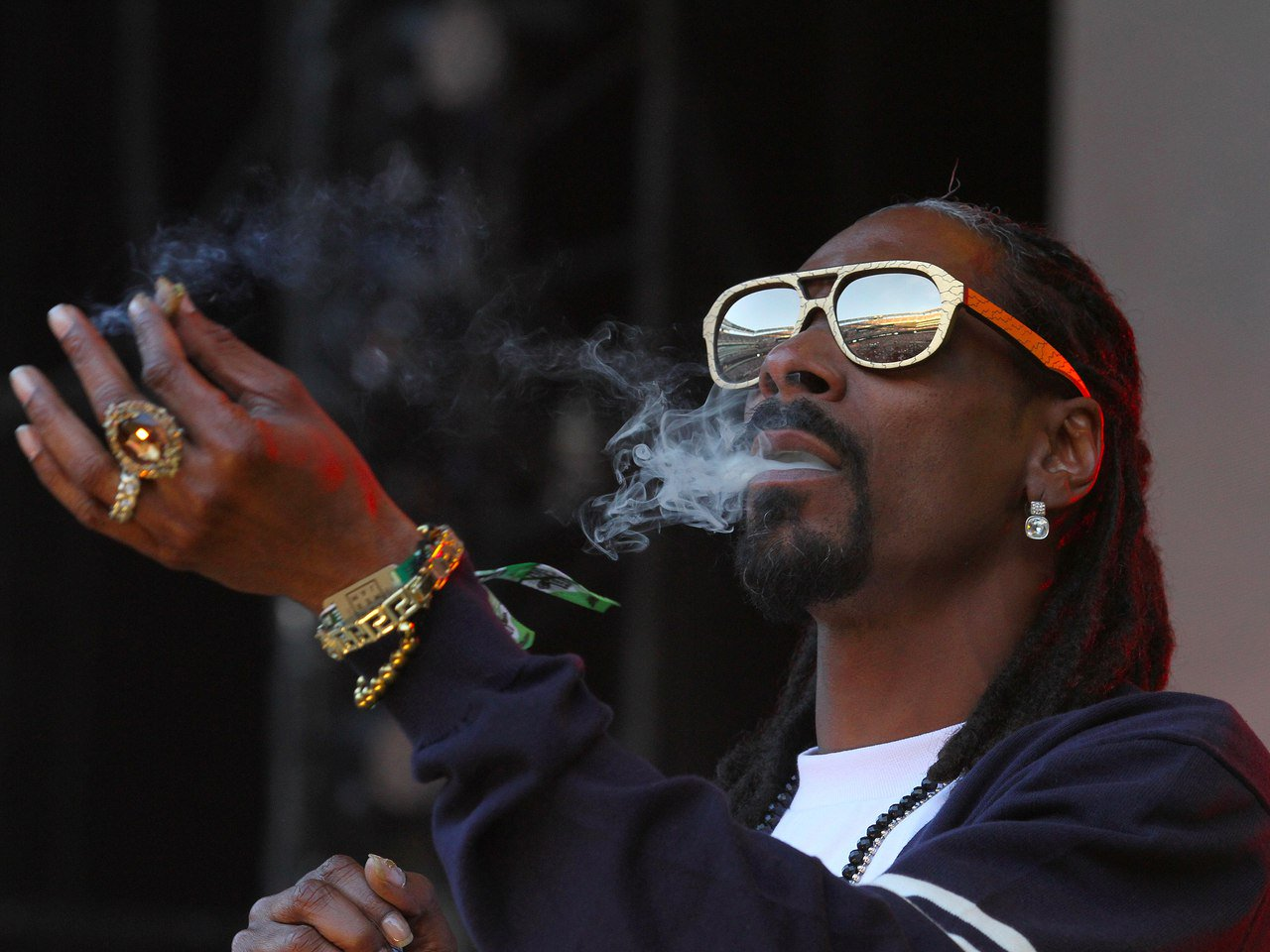 Актер курит марихуану семена канабиса на открытом грунте