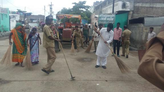 A cleanliness drive was conducted by the Akola Municipal Corporation in #Maharashtra wherein citizens participated. #MyCleanIndia<br>http://pic.twitter.com/4gyvT0maVp