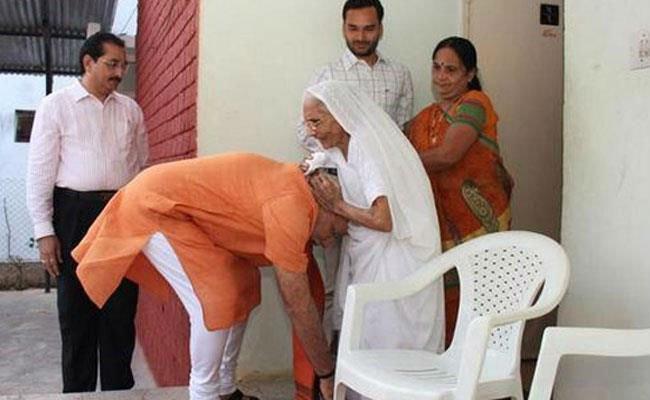 पीएम मोदी की मां ने दिवाली पर किया गरबा, वीडियो वायरल https://t.co/T5l...