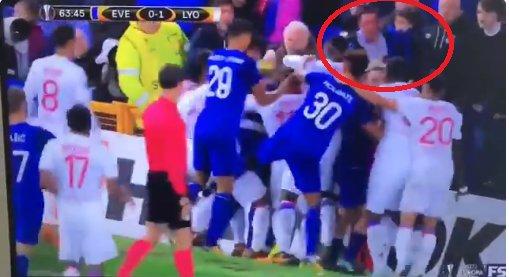 Tra Everton e Lione finisce a pugni. Nel parapglia anche un padre col bimbo ... - https://t.co/8ahMrdwtol #blogsicilianotizie #todaysport