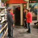 Polizei stürmt Lego-Store in Wien. Grund: Verstoß gegen das Vermummungsverbot.