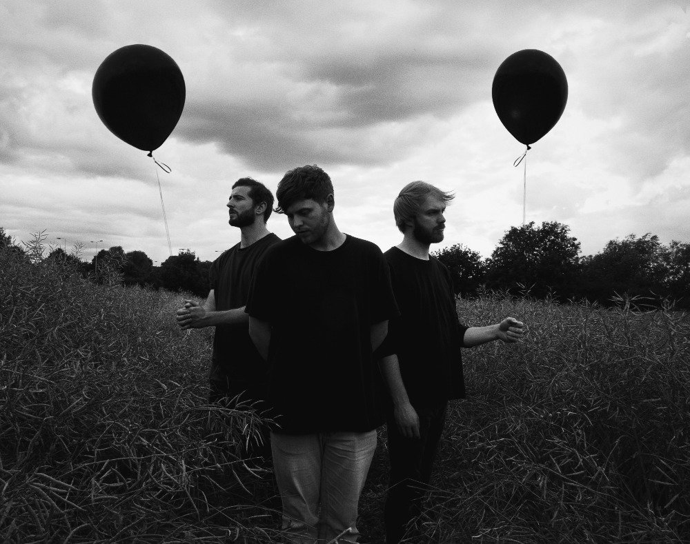 PREMIERE: Check out Friends Of Friends&#39; (@FOFbandUK) video for their new single, &#39;Pictures&#39;.  http://www. deadpress.co.uk/75480/video-pr emiere-friends-of-friends-pictures &nbsp; …  #FOF #FriendsOfFriends #Pictures<br>http://pic.twitter.com/JaxzwDIIv8