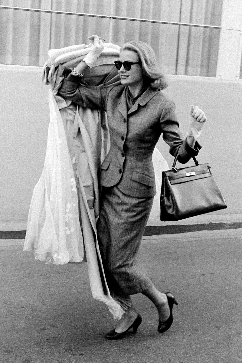"""Vogue.fr on Twitter: """"En tailleur et un sac Hermès à la main, retour sur le  style iconique de Grace Kelly en 1956 --> https://t.co/cTlhuzczqd…  https://t.co/beJhV6Lnsn"""""""