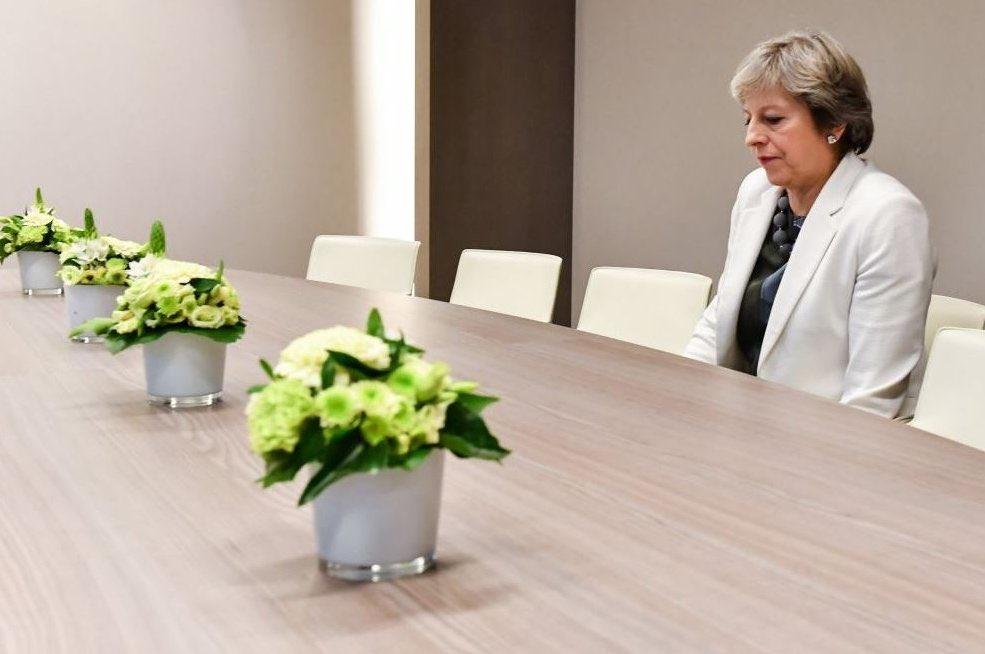 Theresa May au Conseil européen, la photo qui dit tout (via @michaelsavage)