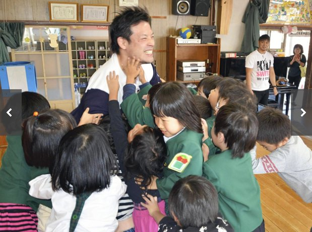 Atsushi Kotoge laughing at Go Shiozaki being rushed by kindergarteners #noah_ghc <br>http://pic.twitter.com/m76oMHUoct