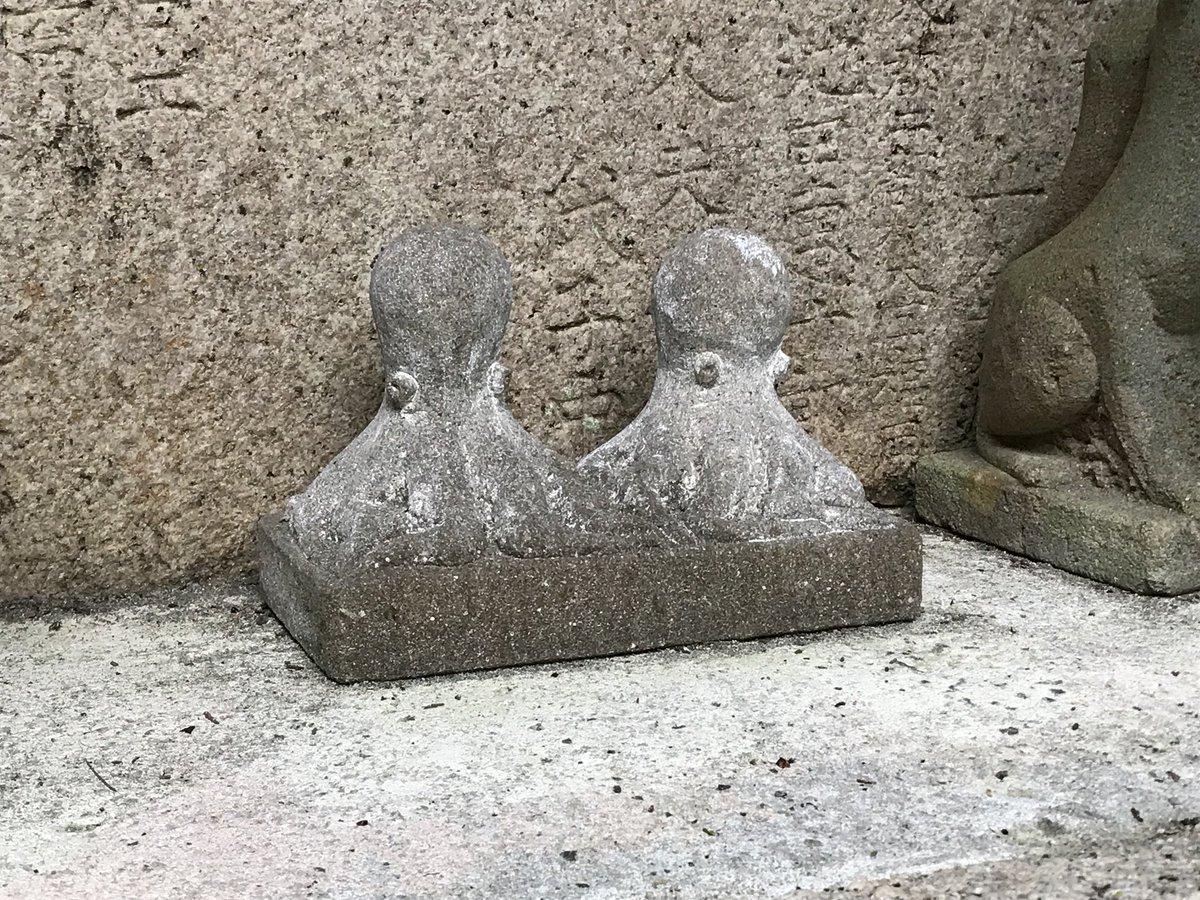 今日の一枚'ω' ) お稲荷様と並ぶ狛犬チックな蛸 https://t.co/rxLGMZ47Af