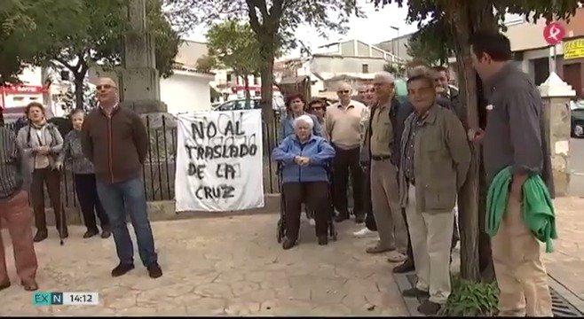 Polémica por la Cruz de los Caídos en Ahigal. El ayuntamiento quiere trasladarla, y muchos vecinos se oponen. Esta es la causa... #EXN https://t.co/BvuJ6i5ukF