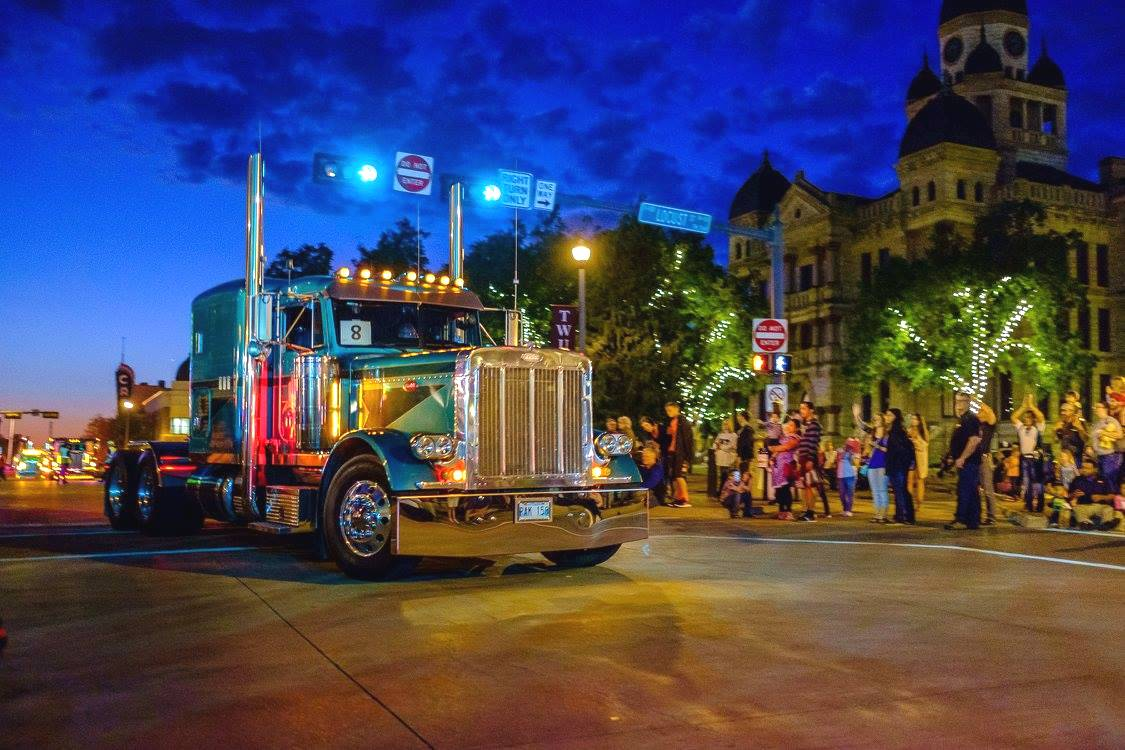 #Peterbilt &amp; @UnitedWayDenton invite all to wear a United Way shirt for a group photo in front of the #Denton Campus Theatre at 7:00 today! <br>http://pic.twitter.com/FJc0oVOgmv