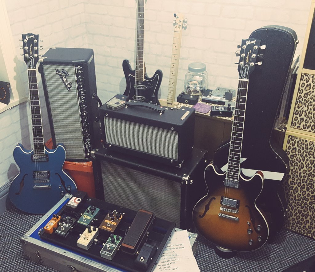 Some peoples hobbies are just better than others. #fender #gibson #spendsmoremoneythanheearns<br>http://pic.twitter.com/JCR4FHPAYe