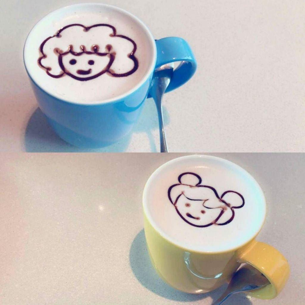 Mom & Me hot chocolate...☕ Good morning everyone 👪 https://t.co/Ul2Guy53lS https://t.co/WsDvAX53R3