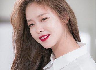 Kyung Soo Jin Demonstrates Her Split Per...