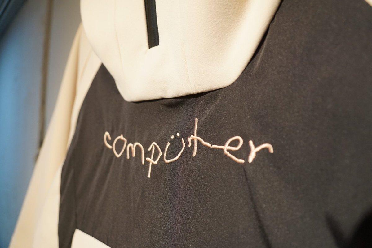 「chloma」より『com アノラック』新入荷!  ブランド初のアノラック!胸元の人工知能が人間の真似をして手書き風で描いたcomputerの文字は刺繍となっております!ぜひ店頭にてご覧下さいませ! /¥56160-(税込)