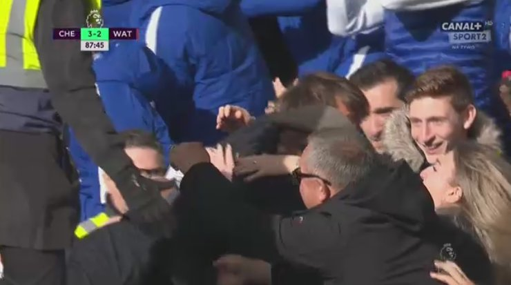 Antonio Conte crowd-surfing Chelsea fans.  I want a manager like this - bonkers but brilliant. https://t.co/mscMAdTlDe