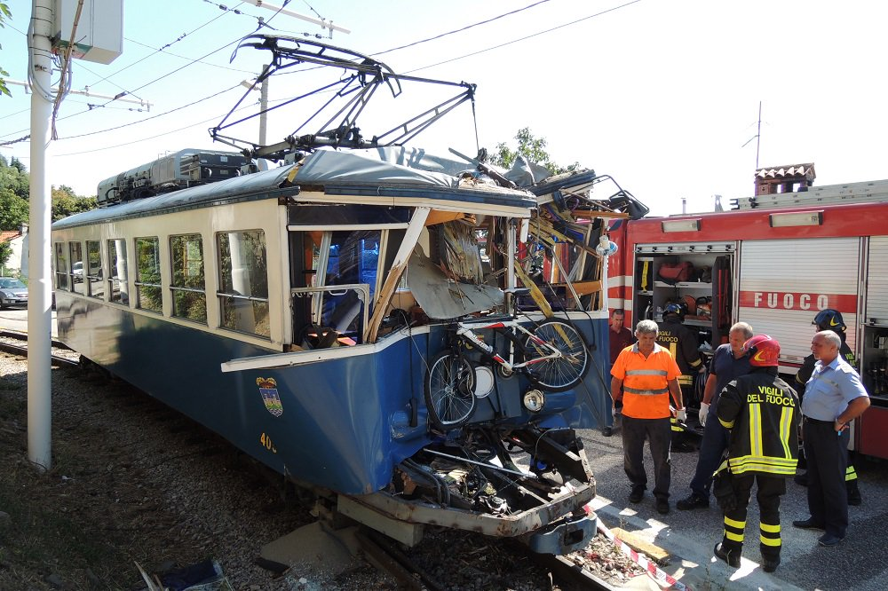 DMrDcVbW4AAsJ8X - Trieste's famous tram stays closed