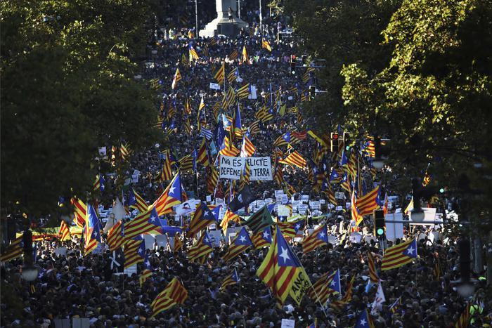 #Catalogna in 450mila alla manifestazione Barcellona dopo la presa di posizione di Madrid https://t.co/kGAQg6pG8j