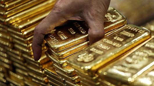 While Americans were distracted with trivia, Russia added 34 tons of #gold to its reserves in Sept. Total is now 1,779 tons. Ready to rumble <br>http://pic.twitter.com/Ho2dWh8E2J