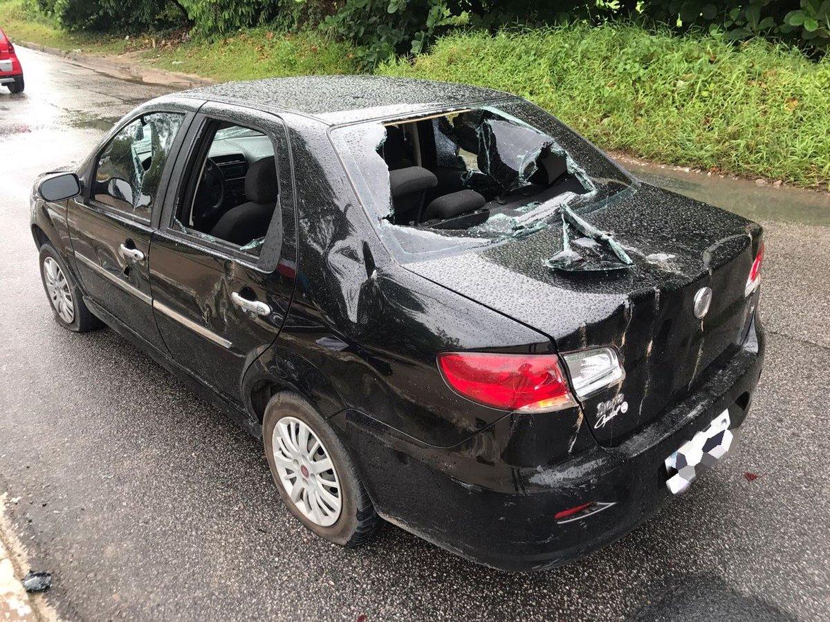 Motoqueiro se envolve em acidente e com raiva pega picareta e destrói carro https://t.co/aK53joki3E