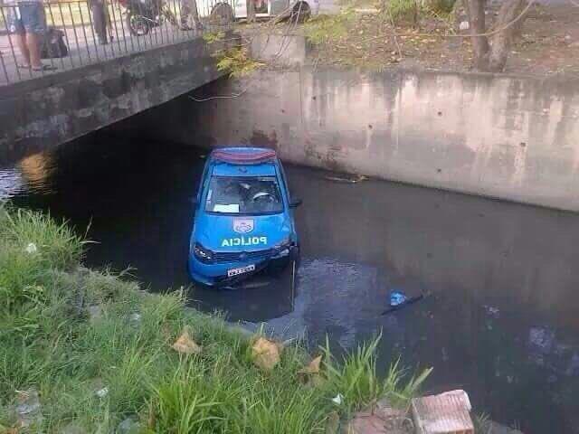 Depois dizem que não tem carro de polícia no Rio...