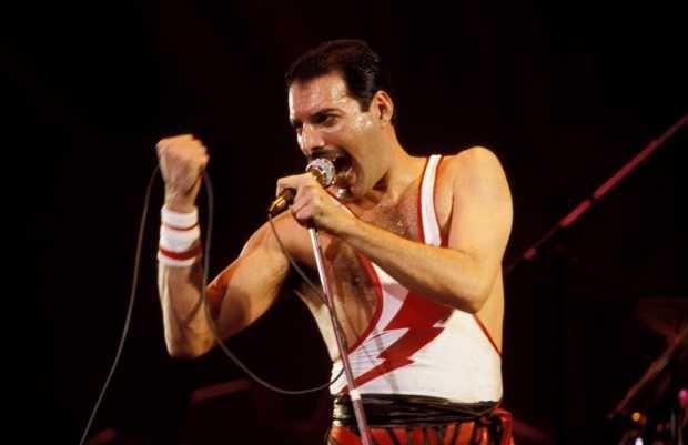 Ta todo mundo chocado com a nova foto de @ItsRamiMalek de Freddie Mercury para o filme do @QueenWillRock: https://t.co/n9C0t4TJo8