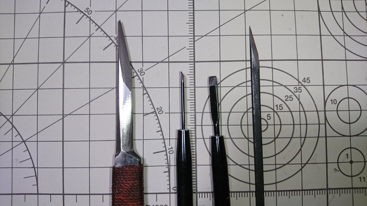 test ツイッターメディア - 現在消しゴムはんこでメインで使ってるのは、右から 切り出し刀(小):ほぼこれを使用 マイクロナイフ(平刃):余白綺麗にしたりする マイクロナイフ(斜刃):余り深く切りたくない所とかに 切り出し刀(大):はがきサイズから取り出しとか余白切り取りとか https://t.co/jVKlHoZIzZ