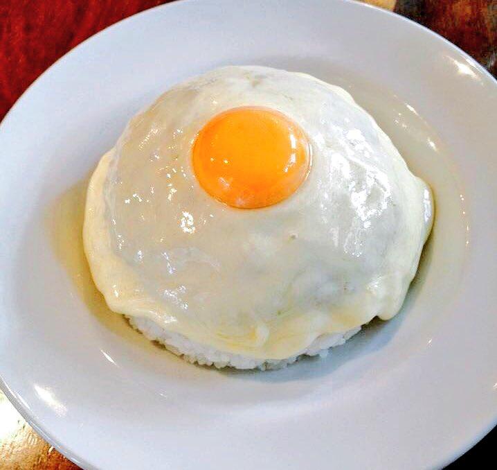 渋谷区の神宮前にあるカレー屋「MOKUBAZA」のチーズキーマカレー。キーマカレーを濃厚なモッツァレラチーズで包んで更に卵黄が乗っていた。チーズをかけていない通常のキーマカレーも美味い。飲んだ後に食べたくなる、体を労ってくれるような味だった。それにしても美しいな pic.twitter.com/qe2CpDnKOS