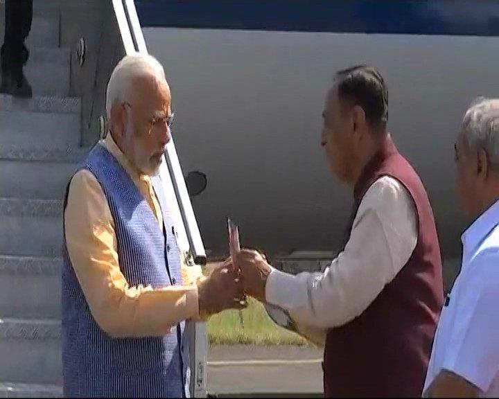 Gujarat: PM #NarendraModi arrives in Bhavnagar, received by CM Rupani and Deputy CM Nitin Patel https://t.co/YEyIqhr5KF