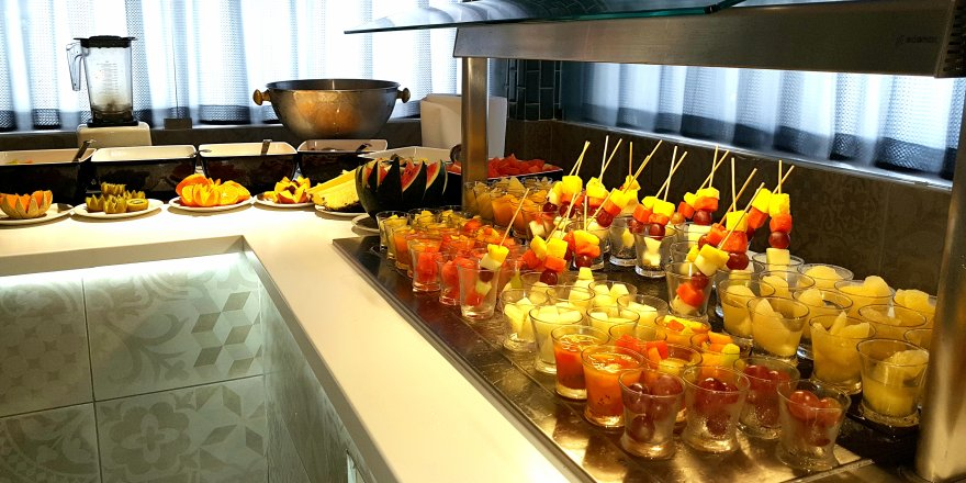 Enjoy the endless benefits of fruits for breakfast as a freshly made detox juice or in pieces at #Latitude  http:// ow.ly/iZnK30fH4bL  &nbsp;  <br>http://pic.twitter.com/wrHD2uTWQ7