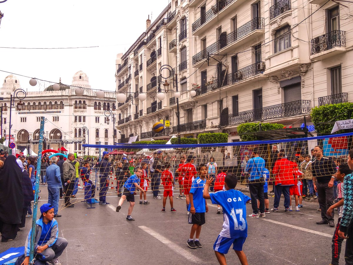 #SportsSunday Sbah lkheir! Let&#39;s play volleyball in the most crowded boulevard of Algiers! #algiers #Audin #volleyball  #northafrica #sport <br>http://pic.twitter.com/seMtoaWnZv