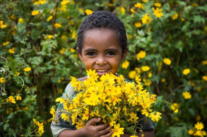Puoi dirlo anche con i 💐 fiori...#BuonaDomenica  Foto v/@UNICEFEthiopi...
