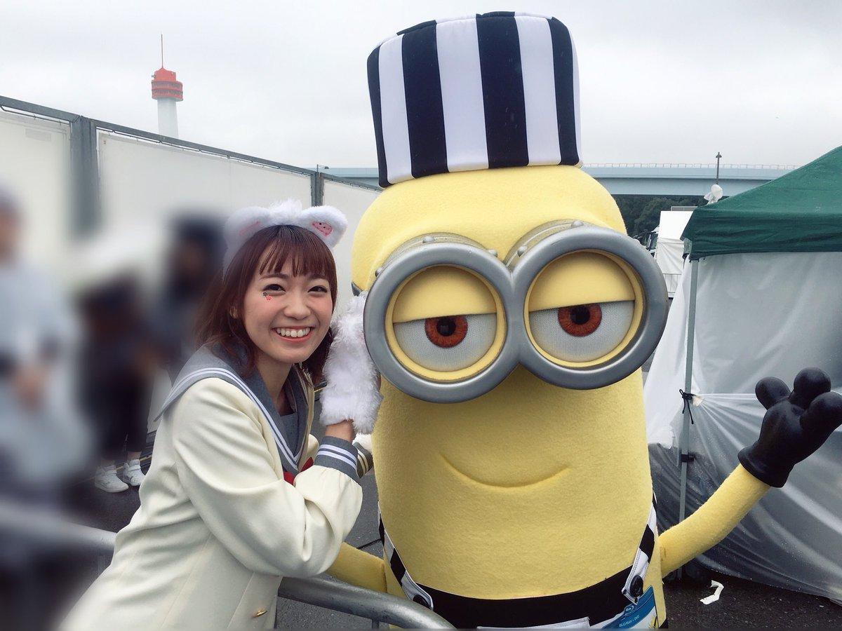 T-SPOOKでミニオンと!!!まじダッシュして近づいて抱きついた会えてしんどすぎた。すきぃぃ。。(T_T)スチュアートとの写真ぎゃぁぁっていってる。 pic.twitter.com/rSnGJy1V2A
